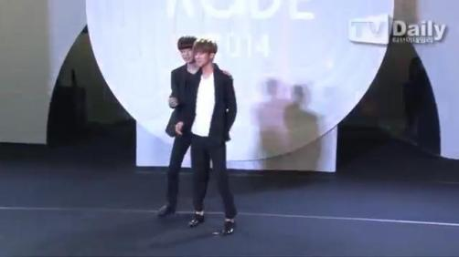 [TD영상] Fashion Kode EXO 런웨이 무대 엑소, '위킹은 아직 어색한 대세돌!'.mp4_snapshot_01.12_[2014.08.05_19.25.24]